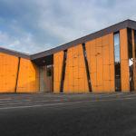 Стильное здание с оранжевым фасадом