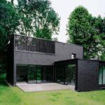 Стильный дом с черным фасадом