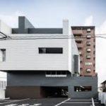 Стильный внешний вид фасада дома, который имеет четыре этажа