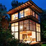 Светлый экстерьер фасада трехэтажного дома