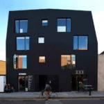 Цельные панели черного цвета для фасада