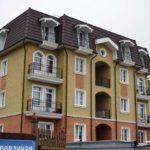 Трехэтажный современный дом с изящным фасадом
