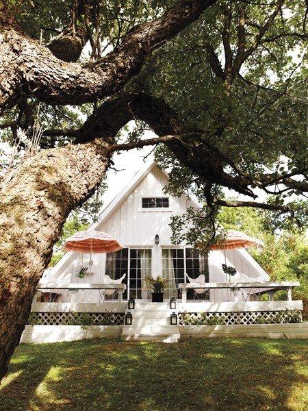 Уютный внешний вид фасада треугольной формы
