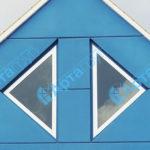 Вариант красивого фасада с треугольными окнами