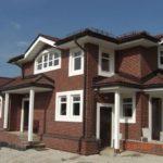 Вариант обустройства фасада с помощью коричневых панелей