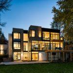 Вариант светлого и современного фасада трехэтажного дома