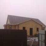 Внешний вид дома с фасадом из трехскатной крышей