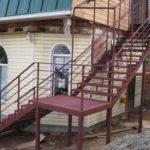Выбираем современный фасад с лестницей