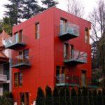 Яркие и красивые фасадные панели красного цвета для фасада дома