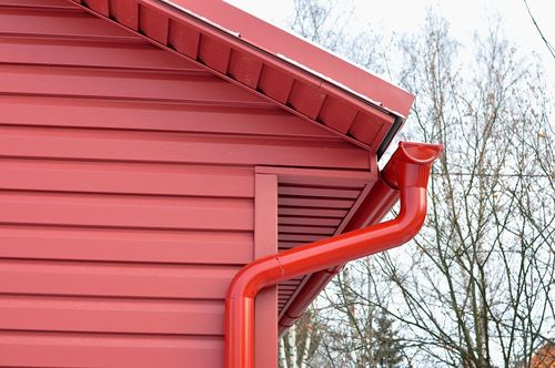 Яркий бордовый цвет фасада