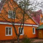 Яркий оранжевый фасад дома