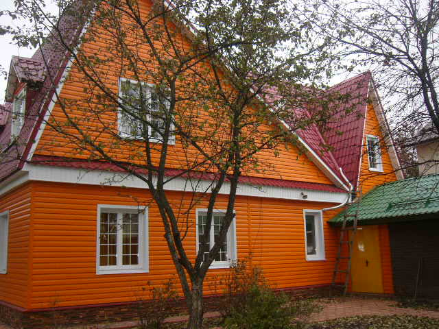 Яркий фасад оранжевого цвета