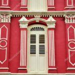 Привлекательный красный фасад здания