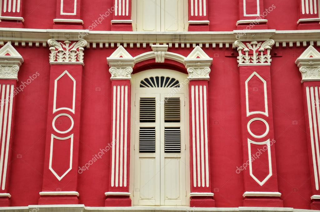 Яркий красный фасад
