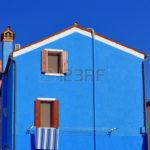 Ярко-синий фасад