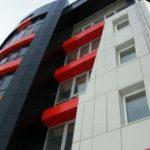 Жилой дом с фасадом красного цвета на основе панелей
