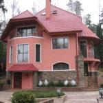 Загородный дом с розовым фасадом