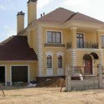 Здание с красивым бежевым фасадом