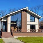 Дом с красивым фасадом на основе коричневой плитки