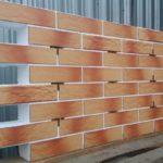 Фасадная большая плитка для обустройства фасада в коричневом цвете