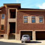 Гармоничное оформление фасада с помощью коричневой плитки