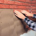 Монтаж красной плитки на фасад здания