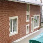 Отделанный клинкерной плиткой фасад в коричневом цвете