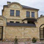 Светлая поверхность плитки коричневого цвета для обустройства фасада