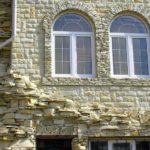 Искусственный камень в дизайне загородного дома