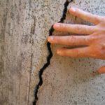 Как и чем заделать трещину в стене?