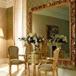 Использование зеркал в интерьере гостиной
