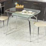 Стеклянные столы в кухне: их плюсы и минусы