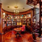Оригинальный и вместительный книжный шкаф