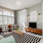 Интерьер гостиной комнаты без дивана