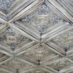 Потолочная плитка из пенополистирола: как выбрать и склеить