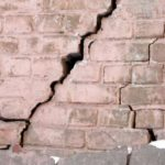 Как бороться с трещинами в стенах и потолке