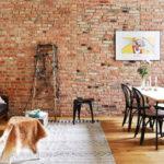 Имитация кирпичной кладки на стене в квартире