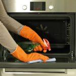 Чем отмыть от пригоревшего жира духовку?