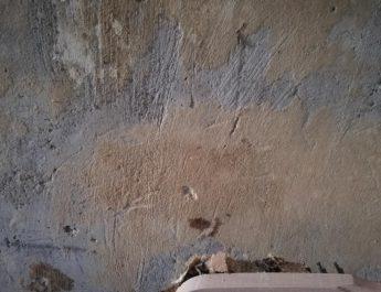 Что делать, если осыпаются стены