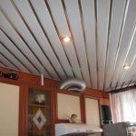Стоит ли крепить пластиковые панели к потолку