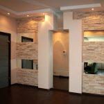 Как красиво использовать декоративный камень в коридоре