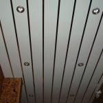 Какие ошибки приводят к появлению щелей в реечном потолке