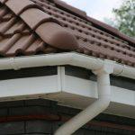Почему не стоит монтировать водосток из канализационных труб