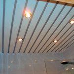 В чем опасность монтажа реечного потолка с одним стрингером