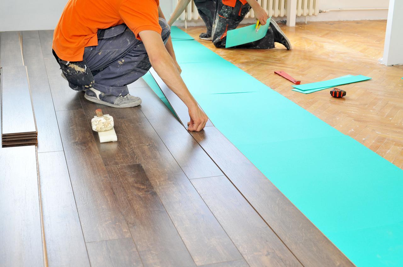 как застелить ламинат на бетонный пол