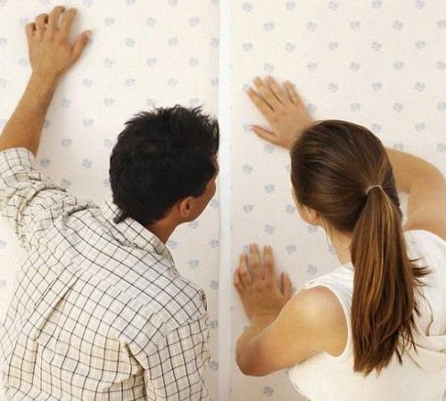 Как убрать зазоры между полотном уже поклееных обоев