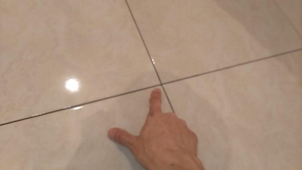 Как исправить криво уложенную плитку, если клей уже высох