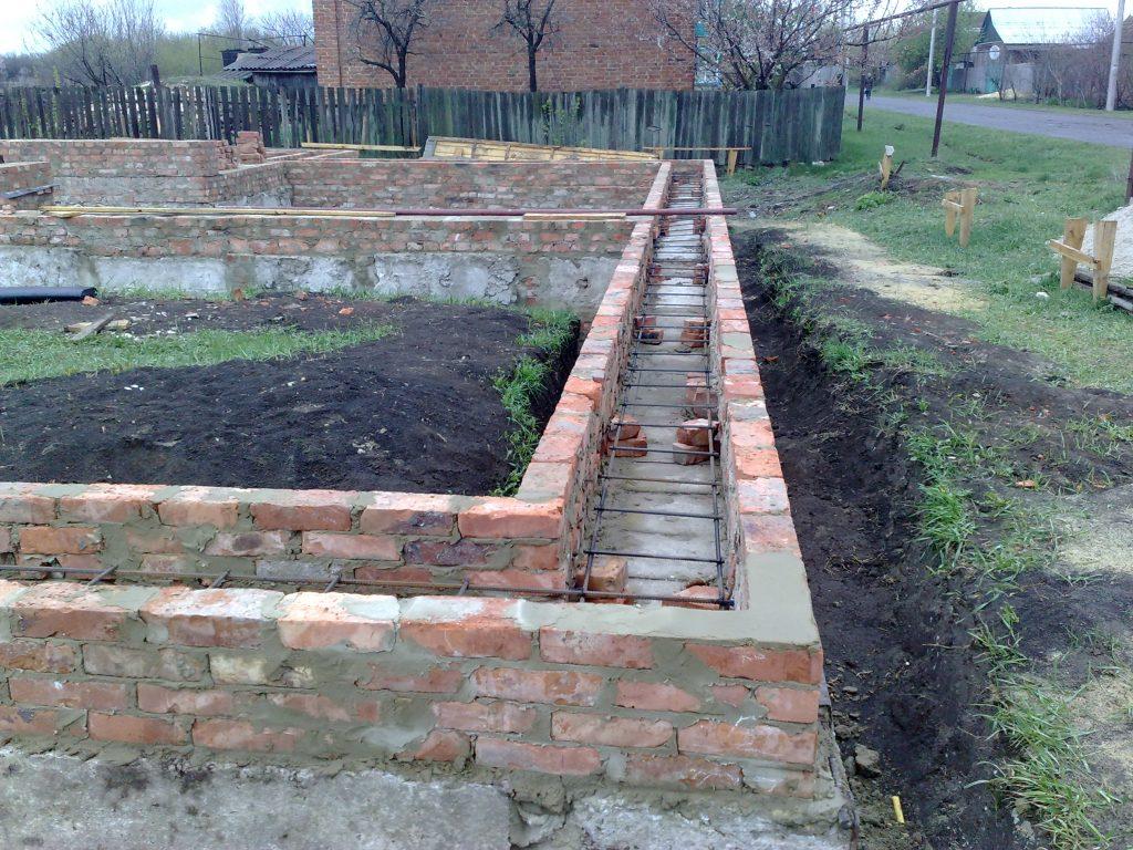 Как поднять кирпичом цоколь на бетонном фундаменте