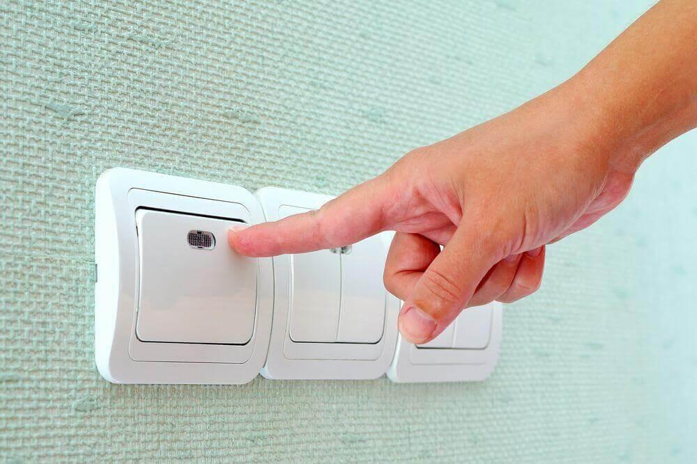 Как отрегулировать заедающую клавишу выключателя