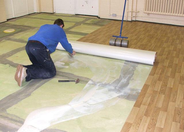 Как разгладить складки линолеума на полу